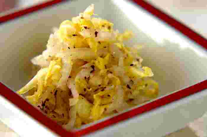 塩もみした白菜に、ゆかりを揉み込むだけで完成するお手軽レシピ。お弁当に野菜が不足しているときの一品としてもおすすめです。 ゆかりを加えているため、白ご飯との相性もばっちり♪簡単に作れるのに、上品な味わいを楽しめます。