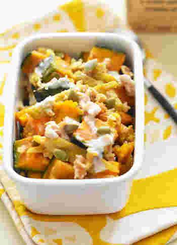豆乳を使ったシーザーサラダドレッシングでいただく、かぼちゃとごぼうのサラダ。野菜の甘味たっぷりで、食べ応えのあるおかずです。豆乳のシーザーサラダドレッシングは、レシピを覚えておけば他のサラダにも使えて便利!甘味の強い根菜にかけるときは、酸味をきかせるのがポイントですよ。ぜひいろいろなお野菜で試してみてください。