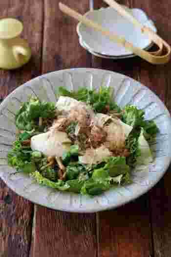 夏バテでもあっさり食べられる、ネバネ系の豆腐サラダはいかがでしょう。いつもの豆腐サラダになめことオクラ、めかぶを散らしてポン酢をかけるだけ。具材を増やすと豪華なサラダに早変わり。そのままご飯にのっけても美味しそうですね。