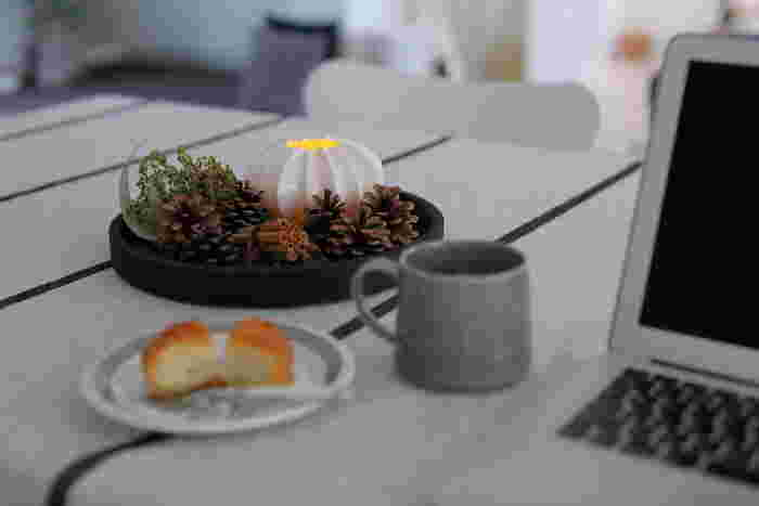 シナモンや八角がほのかに香る秋のトレイは、テーブルにさりげなく飾ることで、生活の中にちょっとした癒し効果をもたらしてくれそうです。