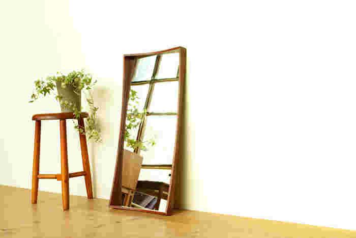普段は姿見としか使うことのない大きな鏡。上質でデザイン性のあるミラーにしてみると、実用性だけではなくお部屋がを広くなったような錯覚がして気持ちにも余裕が生まれそうです。