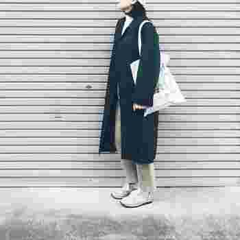 ダークカラーのステンカラーコートはメンズライクな印象になります。チノパンやスニーカーと合わせて、カジュアルにまとめるのがおすすめです。