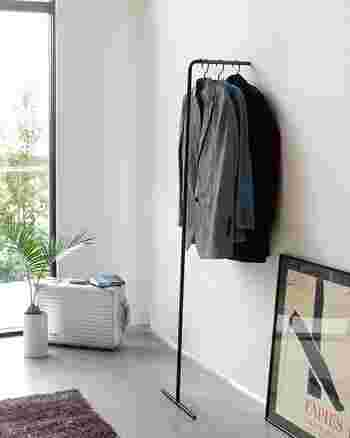 こちらは、壁際のちょっとしたスペースに立てかけて使うスリムハンガー。足が1本なので、とにかく場所を取りません。黒と白がありますので、お部屋のイメージに合わせてどうぞ。