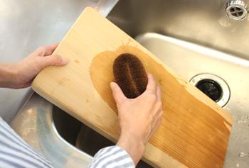 長さが約14cmもある大きめの「ロング」サイズは、台所で使用する他に衣料品や靴などにも使える万能のたわしです。