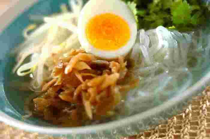しらたきを米粉の麺代わりにした、ベトナムのフォーレシピ。刻みザーサイが味に広がりを出してくれます。これならいくらでも食べられちゃいますよ!  糖質オフなので、食事制限のある方やダイエット中にもオススメ。スープを濃いめに作って氷を入れて冷やしても◎