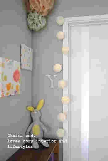 コットンボールライトを見本にして作ったという、ハニカムボールライトです。セリアの2個100円の「ハニカムボール」を同じくセリアの「LEDケーブルライト」に貼りつけただけ。  乾電池の入ったスイッチ部分はうまく棚裏に隠して配置。ふんわりした優しい明かりが子ども部屋にぴったりですね♪