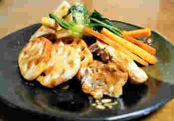合わせ味噌にお酢を加えれば、子供も喜ぶ甘酸っぱい味わいに。チンゲン菜とレンコン、そして鶏肉を酢味噌味でいただく、野菜をたっぷりと食べたいときにもおすすめのレシピ!