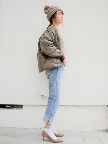 キルティングジャケットにブリーチデニムを合わせたスタイル。トップスに少しボリュームがある場合は、細身のシルエットを選ぶことでバランスよく着こなせます。さらに裾をロールアップして、パンプス×白ソックスでまとめると春らしさがアップ!
