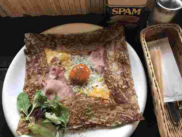 夜遅い食事や小腹が空いたなというときにはガレットがおすすめ!卵とチーズのバランスがお見事です。