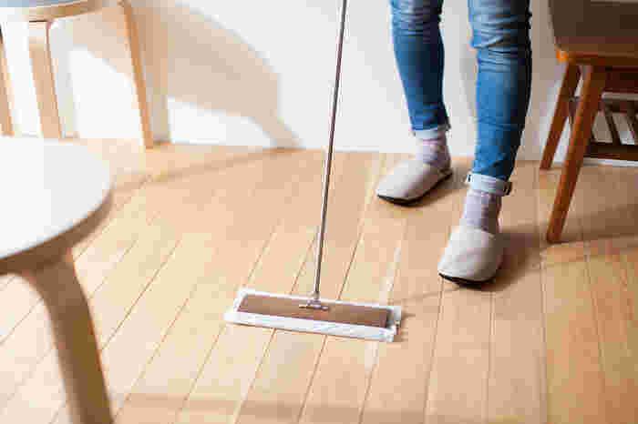 気になる床の汚れをサッと拭き取れるフローリングワイパーは便利な掃除グッズのひとつ。だからこそ、おしゃれなものが欲しいと思ったことはありませんか?tidyの「フロアワイプ」は、天然木を使用したデザインで、スタイリッシュさもあるのでインテリアに溶け込んでくれます。