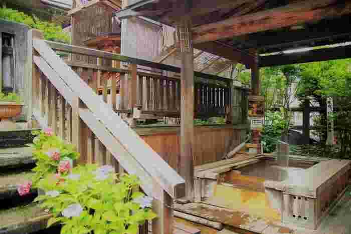 たくさん歩いたら、足湯でひと休み。渋温泉には足湯スポットが2カ所ありますよ。