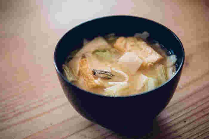 山吹色がきれいな味噌は、中甘口味噌で、味噌汁は勿論、野菜の和え物や豆腐料理、鯖の味噌煮など、幅広く活躍する、まさに頼れる存在です。