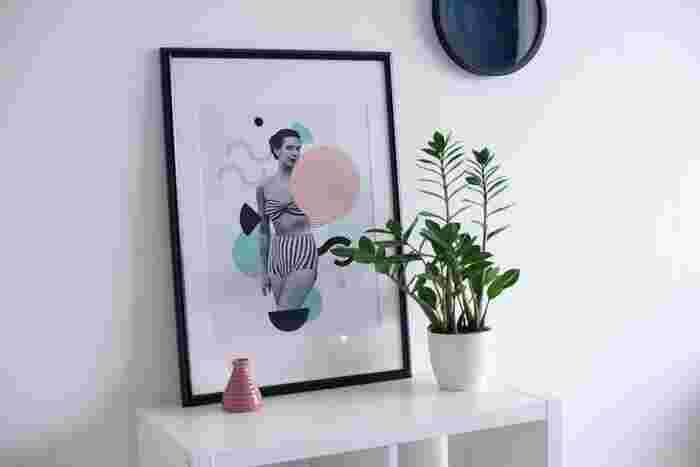 例えば、モノトーンでコーディネートした部屋なら、絵や額もモノトーンをベースにしたものをセレクト。 雑貨などは、インテリアや部屋と連続性のある色を選ぶと統一感が生まれます。 クールなカラーの中に、淡い色をアクセントに加えることで空間に優しさが生まれます。  壁にかけず、棚や床に立てかけるとラフさがあっておしゃれです。