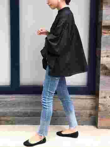 ダメージスキニーとその他のアイテムをブラックでまとめた大人コーデ。少ないアイテム合わせですが、それぞれのシルエットを活かした上品な着こなしが素敵です。