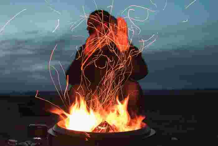 焚き火はキャンプの象徴とも言えるもの。もちろんソロキャンプでもやってみたいですよね。おひとり様にはコンパクトで軽量な焚き火台がおすすめです。焚き火用のトングやグローブを使って安全に楽しみましょう。