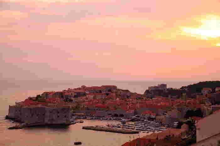 夕陽に包まれるドゥブロヴニクは、言葉にならない美しさ。今でも街には普通に人々が生活しており、まさに歴史とともに生きる街なんです。