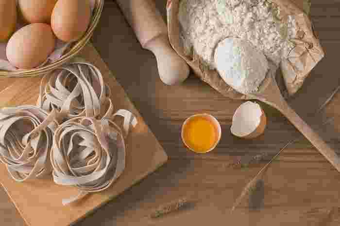 タリアテッレはイタリア語のtagliare(切る)が語源の平打ちパスタ。だいたい厚さ1mm、幅は8mmくらいのリボン状です。材料は小麦粉と塩、オリーブオイル、卵と、至ってシンプル。卵を入れずに少量の水で作ることもあります。 また、普通の小麦粉を使うかデュラム粉を使うか、卵の量をどの程度にするかで出来上がりのモチモチ感がかなり違うのだとか。シンプルなのに、奥が深いんですね。