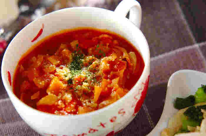 トマトはもちろん、セロリがアクセントの具だくさんスープ。細かく刻んだ野菜をたっぷりいただけるヘルシーレシピです。かぼちゃの甘みがおいしいですが、糖質を制限したい方は除くのも◎