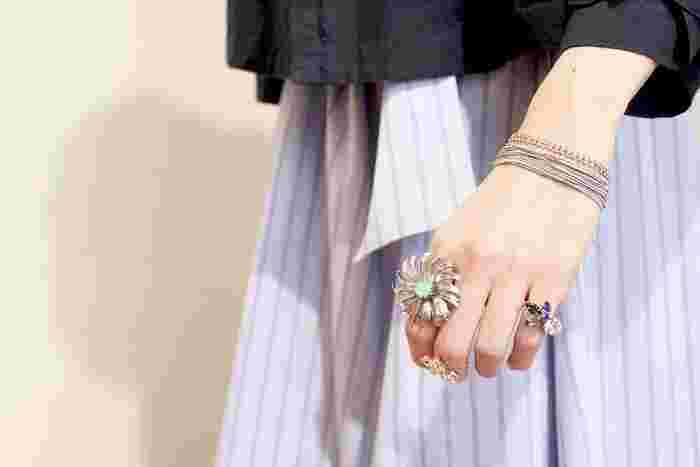 大ぶりなリングの重ね付けは余白がポイント。中指をファランジリングに、そして色味があるリングをピンキーリングとして着けて指の空間をデザインしてみましょう。カラーストーンも寒色系を意識して、洋服とのコーディネートバランスも抜群。