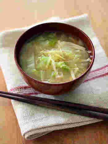 とろとろになった白菜は美味しいですよね。白菜は味噌とも相性がいいので、たっぷり入れちゃいましょう♡しょうがをたっぷり入れた身体も心も温まるお味噌汁です。