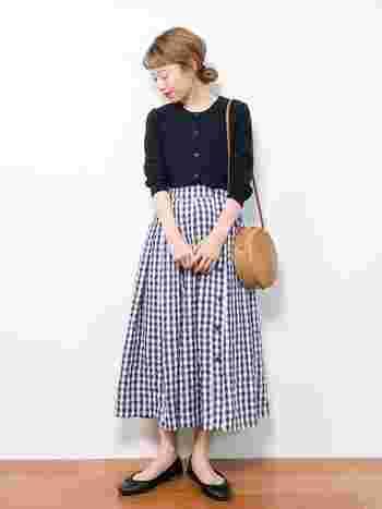 爽やかなギンガムチェックのスカートと、かごバッグの組合せが春夏らしい印象です。フレアスカートやバレエシューズなどフェミニンなアイテムの組合せでも、シックな配色でまとめることで大人っぽい雰囲気に。サークルかごバッグをポイントにした上品なカジュアルスタイルは、春夏のお出かけにぜひおすすめです。