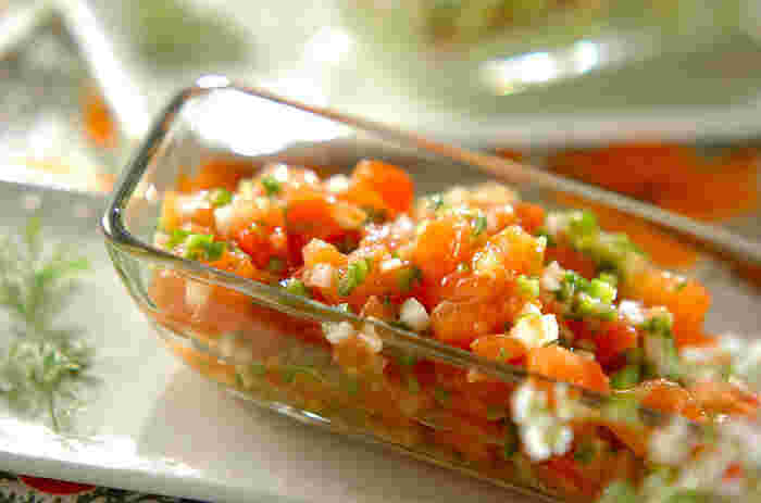 トマトは皮をむいて角切りにし、玉ねぎ、ピーマン、ニンニクはみじん切りに。タバスコと塩を合わせて混ぜ、冷蔵庫で30分~1日なじませます。家にある材料で、とても簡単にできますよ。