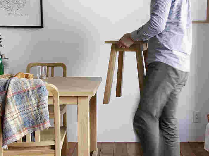 スツールがあれば急な来客時に大活躍。ダイニングに近い場所に置いておけば、椅子の数が足りない際にさっと準備できて便利です。
