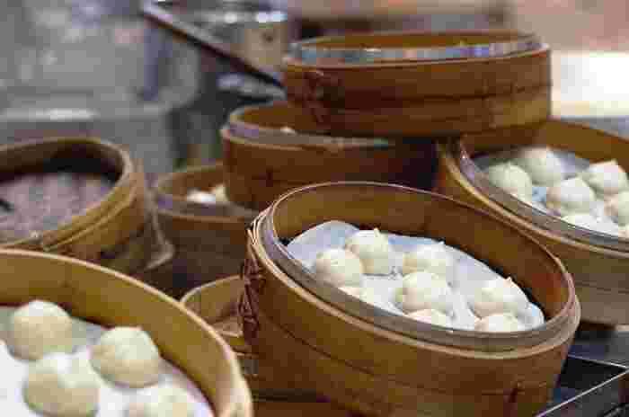 台湾の定番人気グルメ!日本で「ショーロンポー」、「シャオロンパオ」と親しまれているのが「小籠包」です。スープを含ませた餡を皮で包み、ふっくら蒸しあげた逸品。かじったとたんに肉汁が口の中にジュワ~ッと入ってくる瞬間はたまりませんよね。  台湾の小籠包の名店といえば、最も有名なのが「鼎泰豊(ディンタイフォン)」で、日本にも店鋪があります。ですが、あえてこの超有名店を除き、お店をご紹介していきます。
