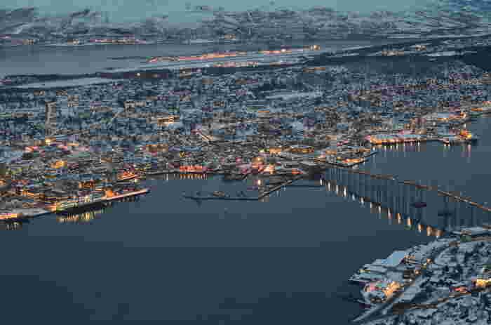 トロムソは首都オスロから飛行機で2時間ほどの距離にある北極圏の小さな町。オーロラが見える位置とされるオーロラベルトにかかっているエリアなので、世界中からオーロラ鑑賞目当てに観光客が沢山集まります。また、夏は『白夜』と呼ばれる太陽が沈まない現象も体験できる貴重なスポットとなっています。冬は逆に『極夜』と呼ばれる太陽が昇らない日々が幻想的。