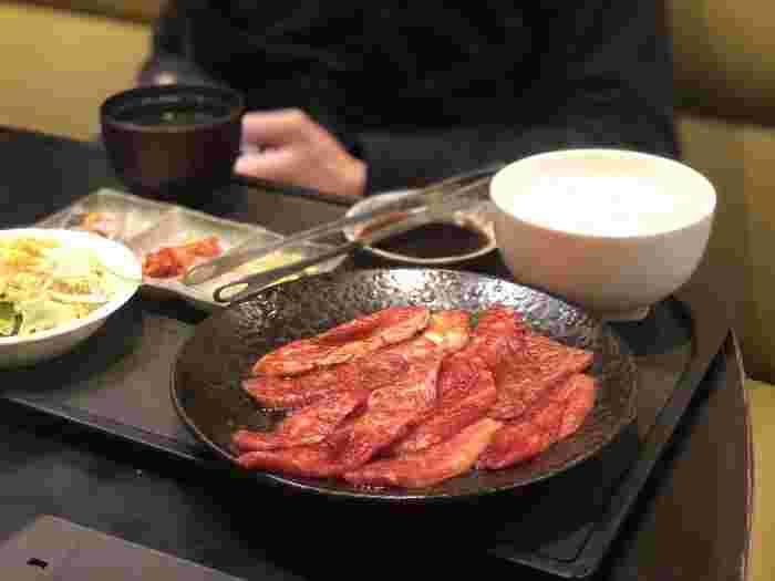 ランチメニューは千円台のセットが多く、コスパが高いと大評判。「焼肉5種盛膳」、「和牛カルビ膳」、「和牛ロース膳」、「カルビ2種盛り膳」など、お肉の種類や組み合わせから選べます。お得な焼肉ランチでお腹が満たされたら、午後からさらに頑張れそう♪