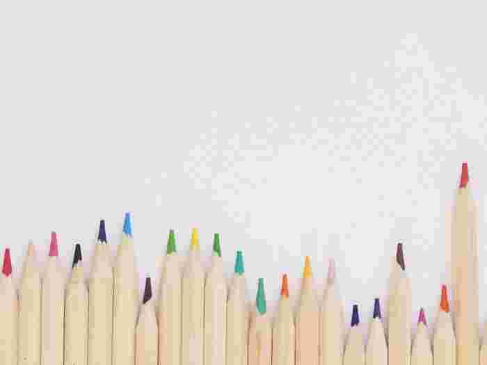 「大人の塗り絵」には花や動物をモチーフにしたおしゃれなデザインが多く、その美しい絵柄を見ているだけで楽しい気持ちになりますよね。最近では、ゴッホやルノワールなどの名画や、人気デザイナーのイラストを塗り絵にした本も数多く出版されています。大人の塗り絵はそんな様々な絵画やイラストに好きな色を塗るだけで、気軽に素敵な作品づくりが楽しめるのが魅力です。また、同じ絵やイラストでも影を付けたり、色をぼかしたりすることで違った雰囲気の作品に仕上げることができます。