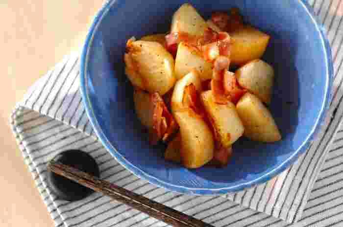 焼いたカブはホクホクでとっても美味しいですよ。ベーコンの塩味ともぴったり。パパッと作れる嬉しい旬の副菜レシピです。
