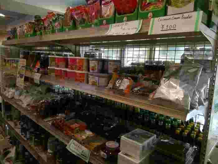 棚にはグリーンカレーやレッドカレーのペースト、ココナッツミルク、ビーフンなどがところ狭しと並べられています。食材はほかにも、パクチーやグリーンパパイヤ、マンゴスチンといったフレッシュな野菜やフルーツもあり、普通のスーパーでは手に入らないようなものも集められています。