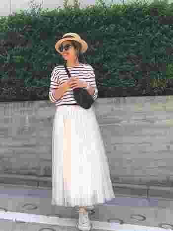 チュールスカートをカジュアルに着たい人におすすめなのが、ボーダートップス×スニーカーをあわせたコーデ。どちらもカジュアル度高めのアイテムなので、可愛らしいイメージの白のチュールスカートも程よくカジュアルダウンしてくれます。