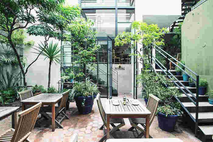オーガニックのスキンケア製品が揃う「NEAL'S YARD REMEDIES」にあるカフェ「ブラウンライス」。緑に囲まれたテラスはお子様連れでも利用しやすいくつろぎの空間です。