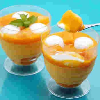 目にも鮮やかな「マンゴープリン」のレシピです。濃厚でコクのあるマンゴーピューレで簡単に作れます。ココナッツピューレをゼラチンで固めたものやマンゴー果肉がたっぷり!ぜひ試していただきたいレシピです。
