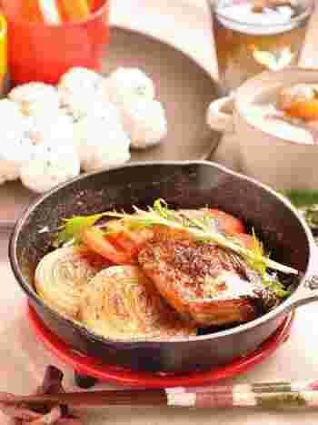 切り身の魚は初心者さんでも簡単に調理できるオススメの食材です。ぶりはお酒をかけて15分ほど置き、臭みを取りましょう。薄力粉をまぶすとタレが絡みやすいですよ♪たっぷりの焼き野菜と一緒にいただけば満足度もさらにアップします。