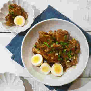 フライパンでサッと手羽元を焼いたら、八方だしと水で煮込むだけ!フライパンだけの簡単レシピなのに満足度の高い料理が出来ちゃいます!しっかりタレが絡めて召し上がれ♪