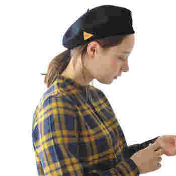 秋冬の着こなしの定番・ベレー帽は、ガーリーでノーブルな雰囲気を高めてくれるアイテム。レザーパッチが付いたデザインのこんなベレー帽は、よりエレガントな印象に。