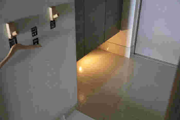 また、シューズクロークなどの下部分を照らすと、スタイリッシュなイメージの玄関を演出できます。こちらはIKEAの人感センサーのついた照明で、電池で動きます。間隔をあけて貼り付けると、上品な感じになりますね。