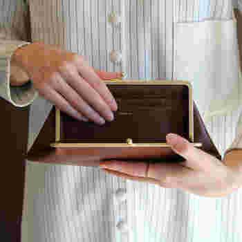 山梨県富士吉田市にアトリエで生み出されるR&D.M.Co-のアイテム。光沢のある牛革を使用したがま口の財布は、開き口が広く、カードポケットが付いているので、使い勝手抜群です。