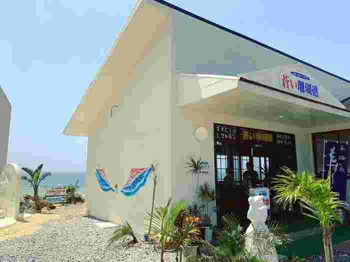 海の家のような爽やかな雰囲気が素敵な「青い珊瑚礁」。店内は座敷で過ごしやすく、価格もリーズナブルで気軽に味わえるのが嬉しいところ。人気のもずくそばや鶏飯、黒豚餃子など絶品料理ばかりで大満足間違いなしですよ。