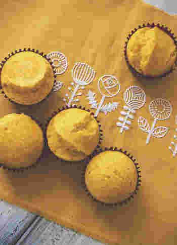 黄色いパプリカをたっぷり使った、丸くて可愛い蒸しケーキ。赤やオレンジなども使ってカラフルに仕上げるのもいいですね。パプリカは、ビタミンCやβ-カロテンも豊富で、美肌にもうれしいおやつです。