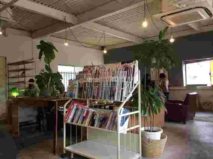 """お店の名前""""ガーデン""""は、""""庭のようにくつろげるように""""という想いを込めて付けられたんだそう。雑誌もたくさんあるので、ついつい長居してしまいそうですね♪"""