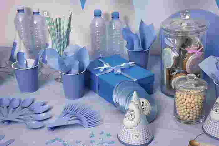 紙コップやカトラリー、パーティー小物を全部同系色にまとめると、統一感が出てステキです。