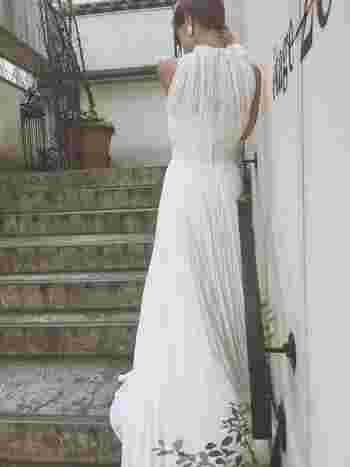 ホルターネックとプリーツ加工されたサテンが大人っぽい可愛らしさのあるドレス。スタイリッシュなイメージのホルターネックですが、こちらのドレスは、丸いくるみボタンとたっぷりのプリーツ地によってナチュラルな雰囲気もありますね♪
