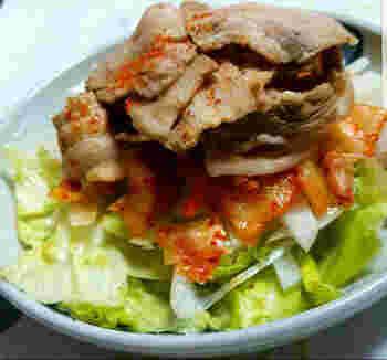 さっぱりした豚しゃぶサラダは美味しいけれど、豚肉の臭みが気になる時がありますよね。こちらは豚肉をまず紅茶でしゃぶしゃぶするので、お肉の臭みを取ってくれて食べやすいサラダにしてくれます。