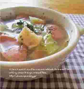 大根とキャベツを干した野菜の旨みで、身体があたたまる美味しいスープ。野菜の皮などのくず野菜でつくったスープストックで滋味豊かな味わいです。
