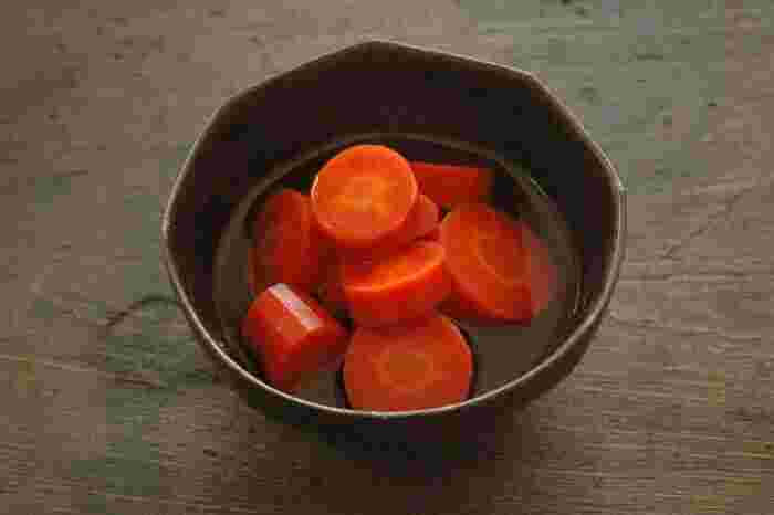 優しい甘さが印象的な人参の煮物。お肉料理の付け合わせや、お弁当の彩りにも使えるレシピです。