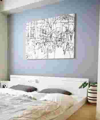 ゆっくりと眠りにつきたい寝室はあまり色を使いすぎない方が◎寝室の壁やベッドリネンをグレーでまとめて、大人っぽい落ち着きのある空間になっていますね。